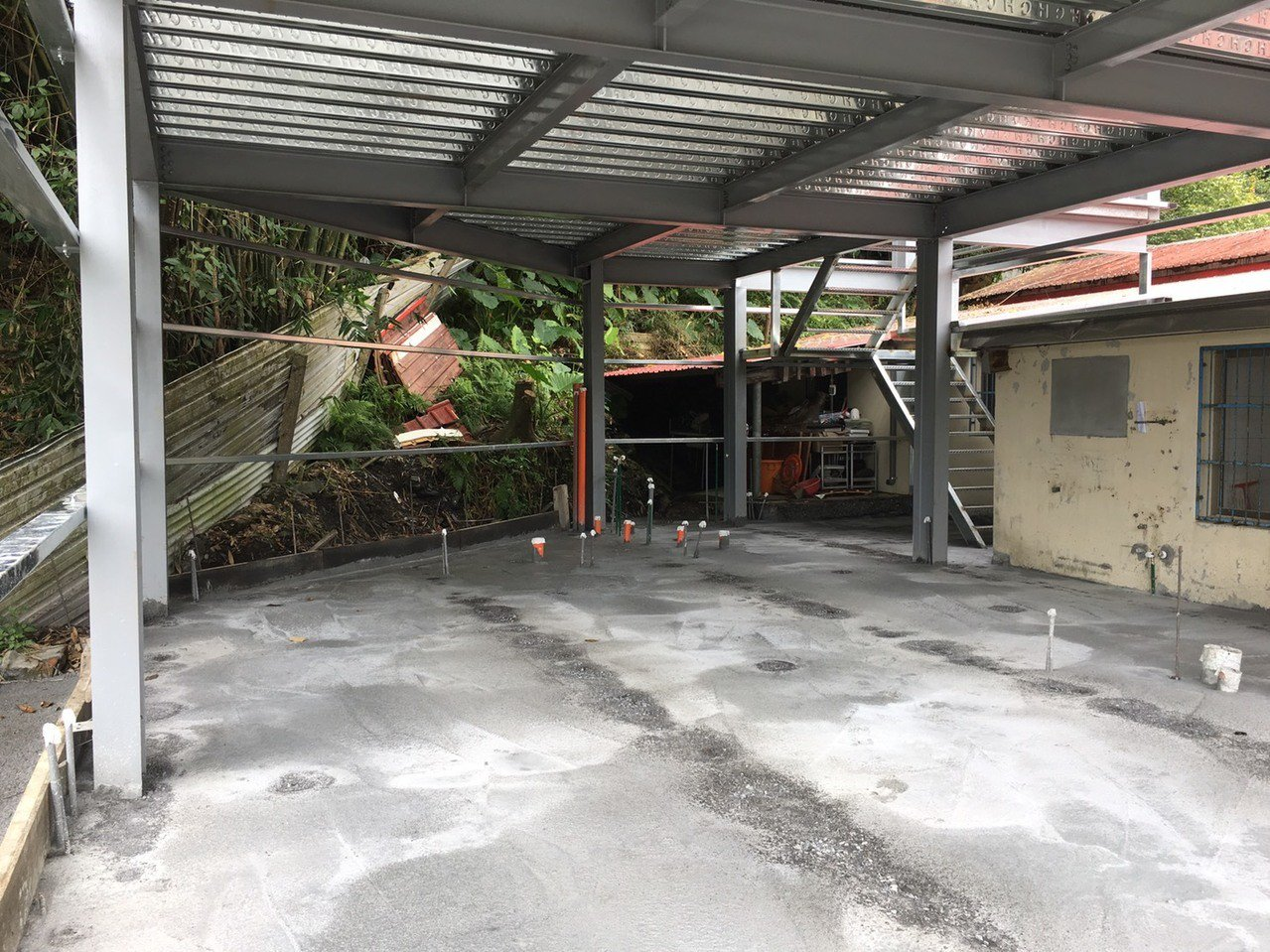 寒溪天主堂後方蓋到一半的宿舍,因為資金短缺,加上近日大雨,施工不易,工程延宕。圖...