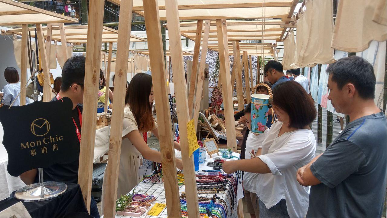 台中藝術市集來了!連布幔很文青就在最美書店前