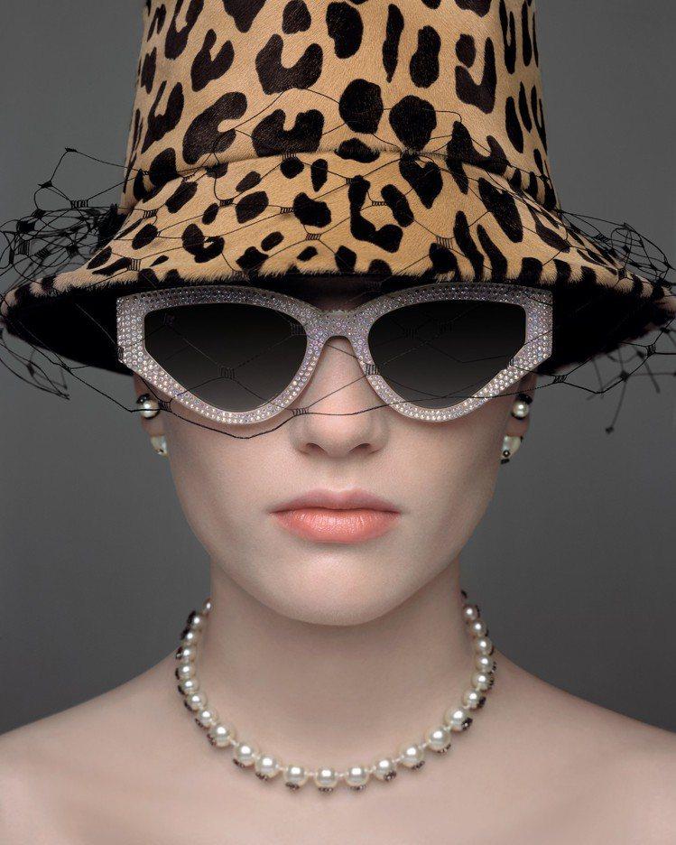 英國製帽大師Stephen Jones打造的雨滴女帽相當別緻。圖/DIOR提供