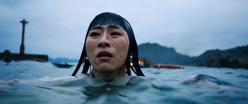 吳可熙在「灼人秘密」有高難度的落水戲,在颱風天泡5度海水。圖/岸上影像有限公司提