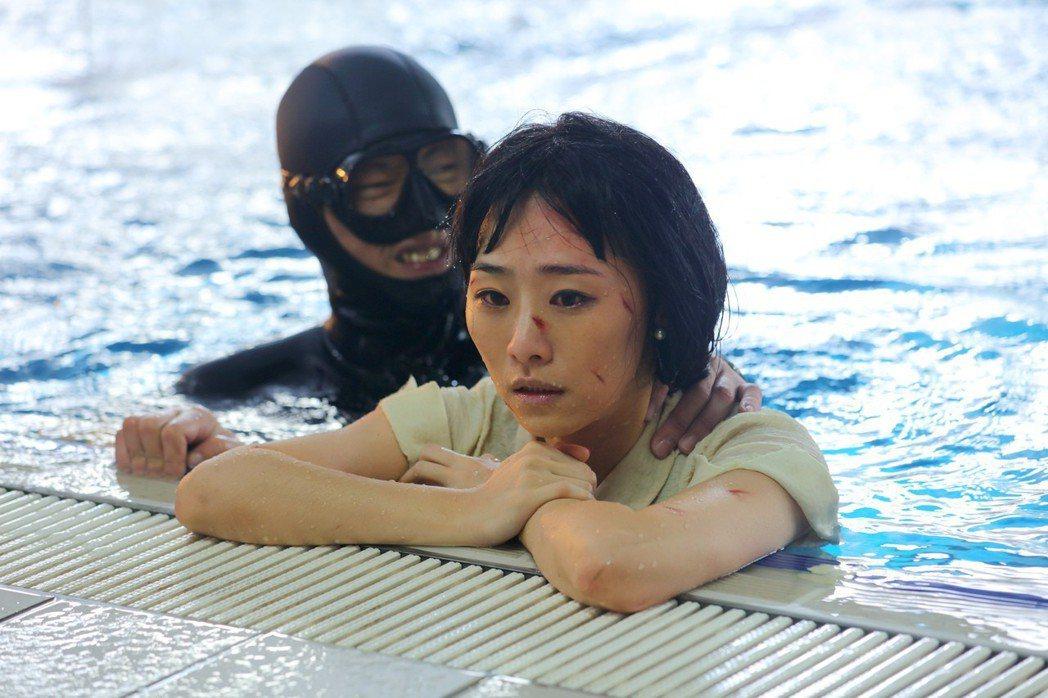 吳可熙在「灼人秘密」有高難度的落水戲,在颱風天泡5度海水。圖/岸上影像有限公司提...