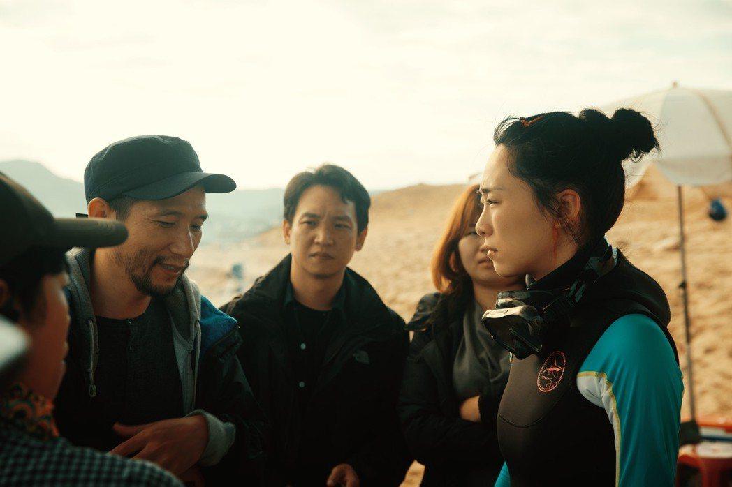 吳可熙(右)在「灼人秘密」有高難度的落水戲,在颱風天泡5度海水。圖/岸上影像有限...