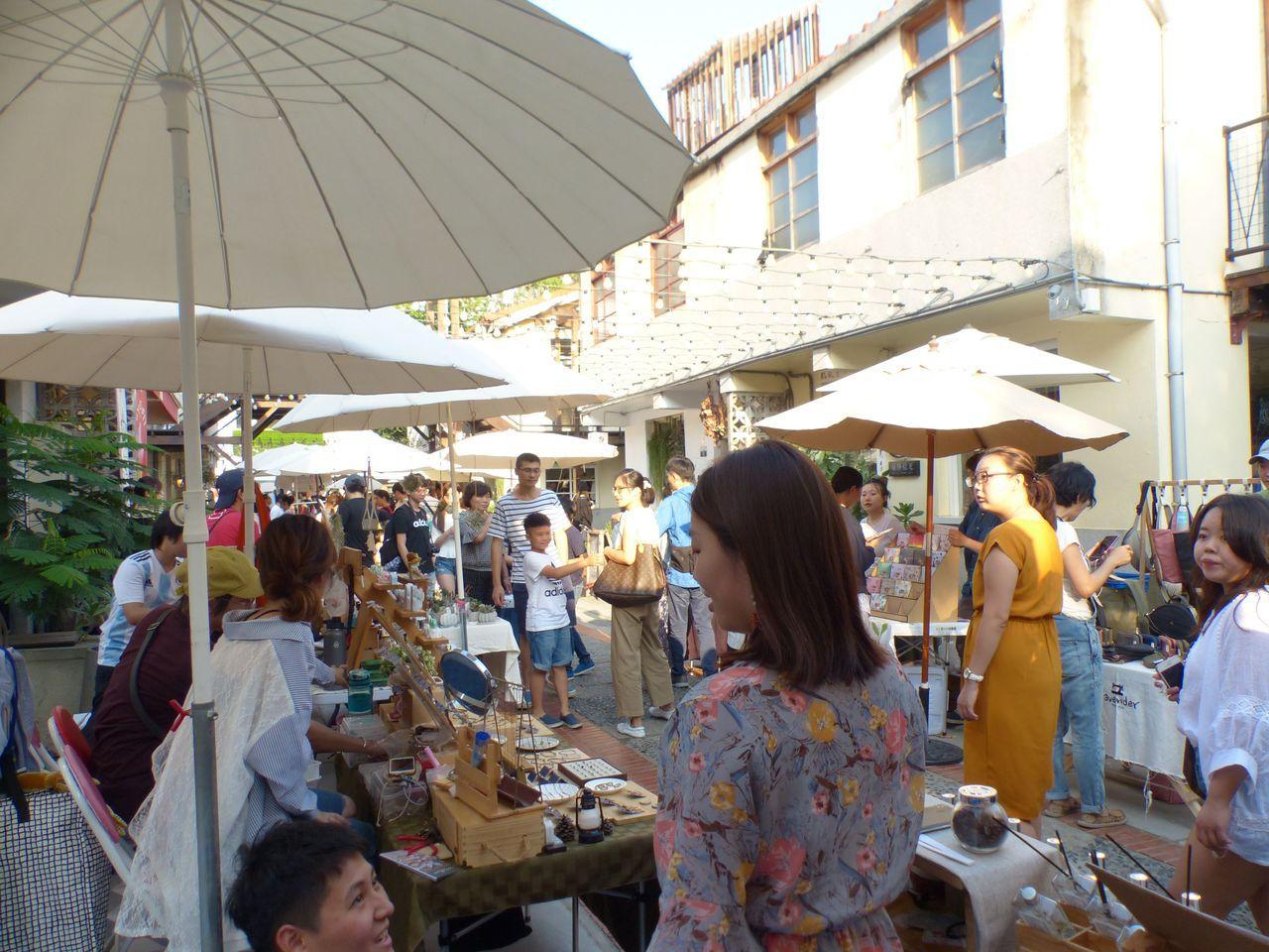 台中市審計新村是成功轉型的青年創業基地,假日吸引人潮,成為熱門旅遊打卡景點。圖/...