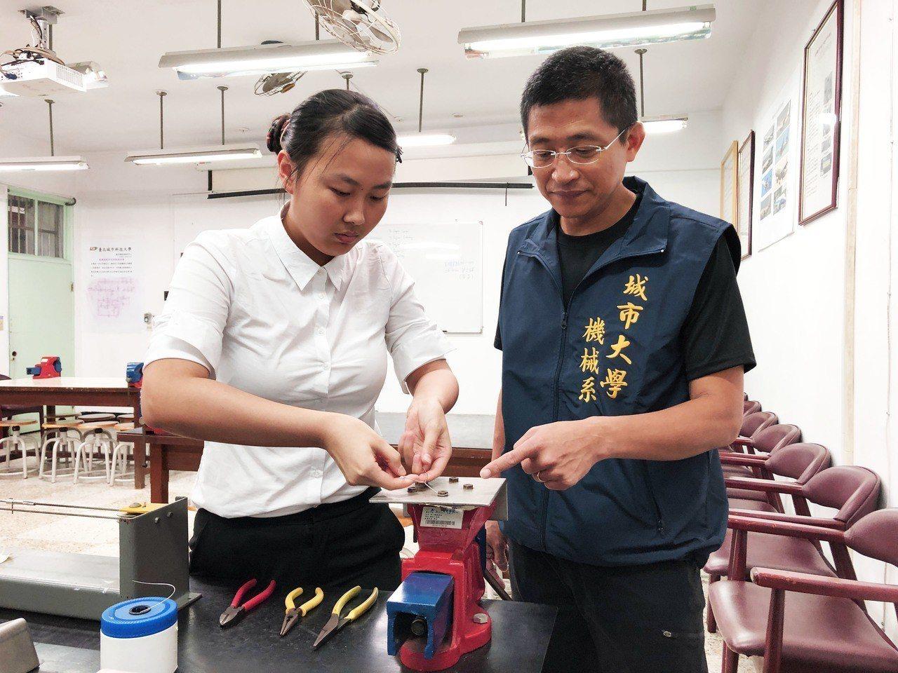 台北城市科技大學機械系大四生李佳律(左)已通過勞動部的飛機維修丙級證照,今年暑假...