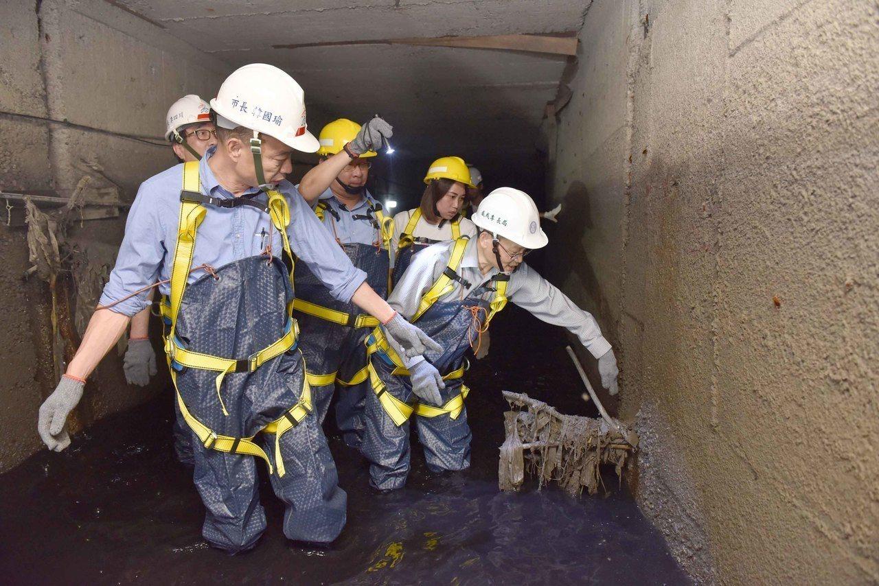 高雄市長韓國瑜視察下水道,穿著安全裝備進入下水道箱涵。圖/高雄市府提供