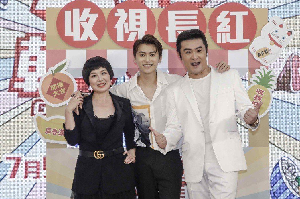 李㼈(右起)、邱宇辰、苗可麗在戲中飾演一家人。圖/八大提供
