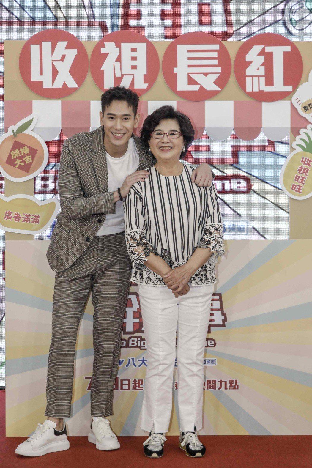 王滿嬌(右)、楊騰出席「一起幹大事」首映。圖/八大提供