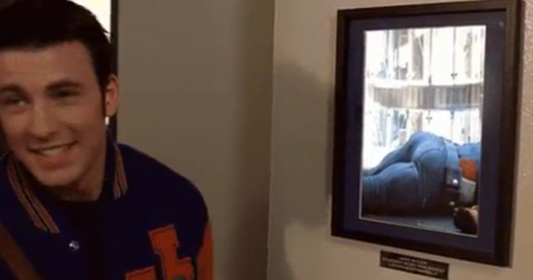 克里斯伊凡在美國國慶日接到合作演員獨特的「美國翹臀」致敬短片。圖/摘自imdb