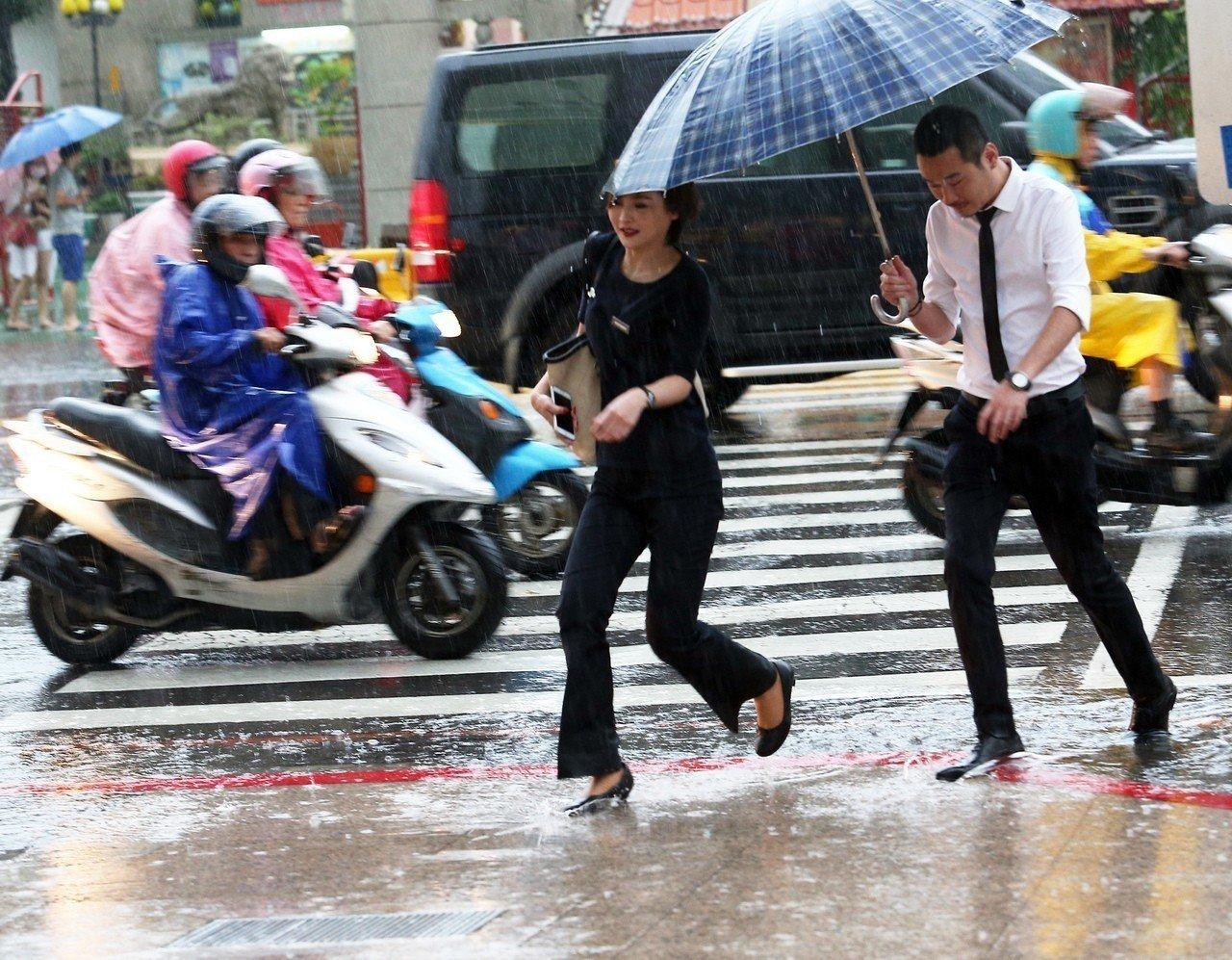明天起至下周四,南部嚴防大雨、豪雨,其他地區則有午後雷陣雨。本報資料照片