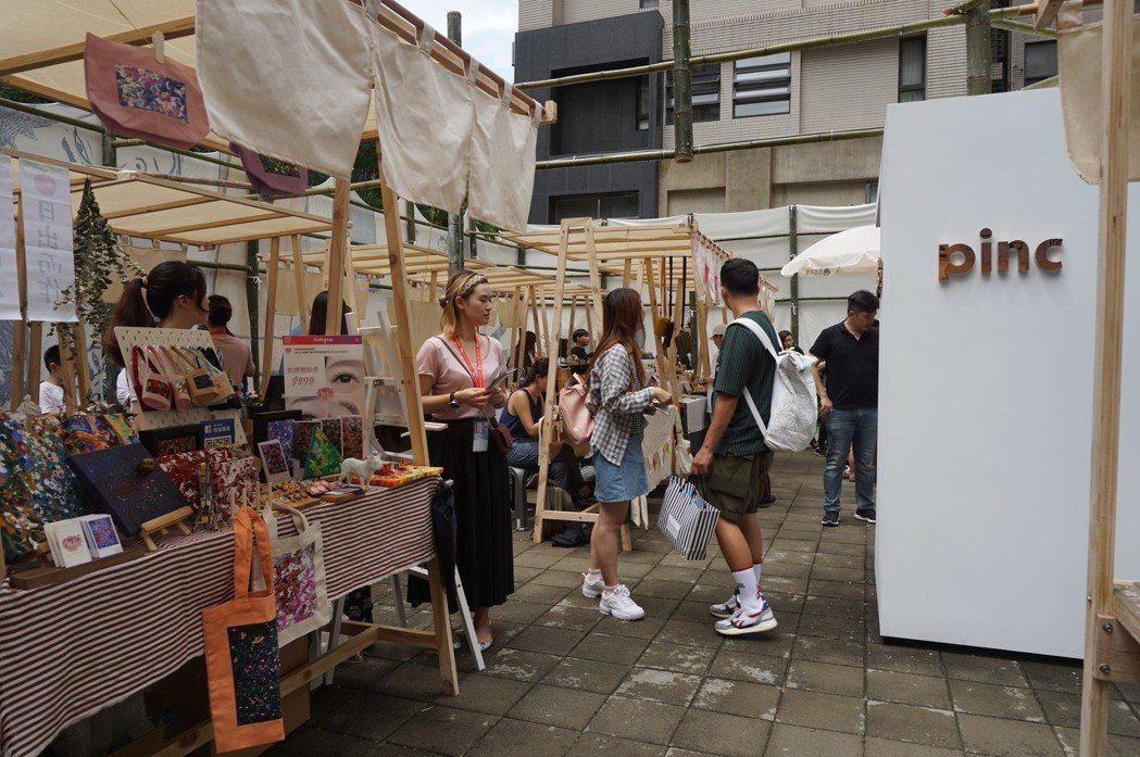 pinc精品特調為此次市集打造的小房子、茶籽堂特別訂製的風格攤位,加上藝術家作品...