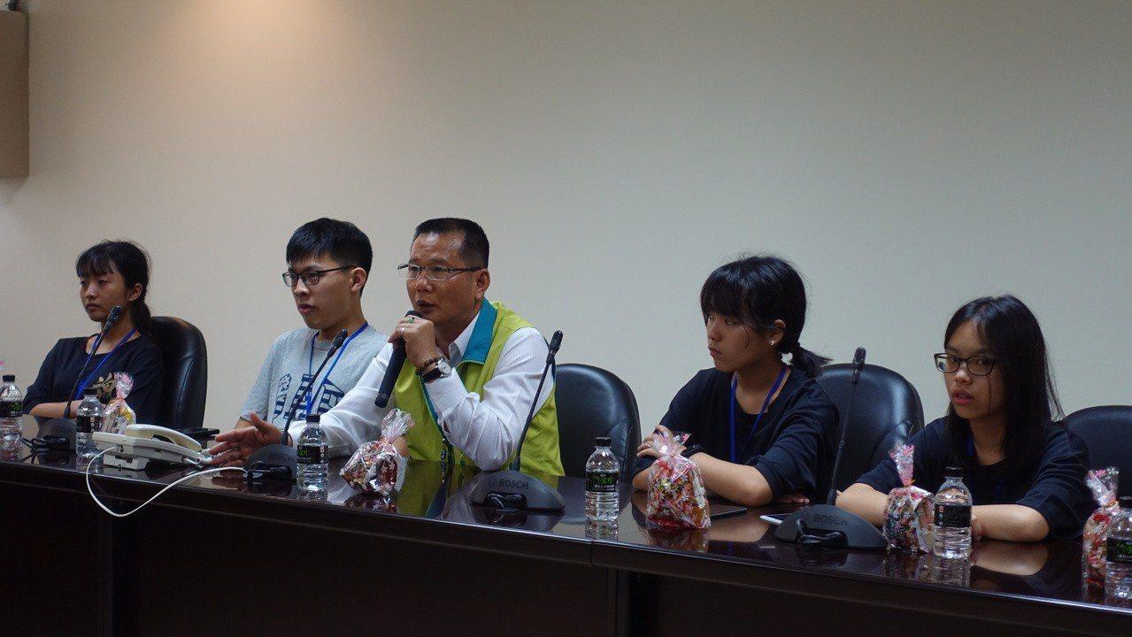 國高中生參訪苗縣議會 好奇「問政都是大呼小叫嗎?」