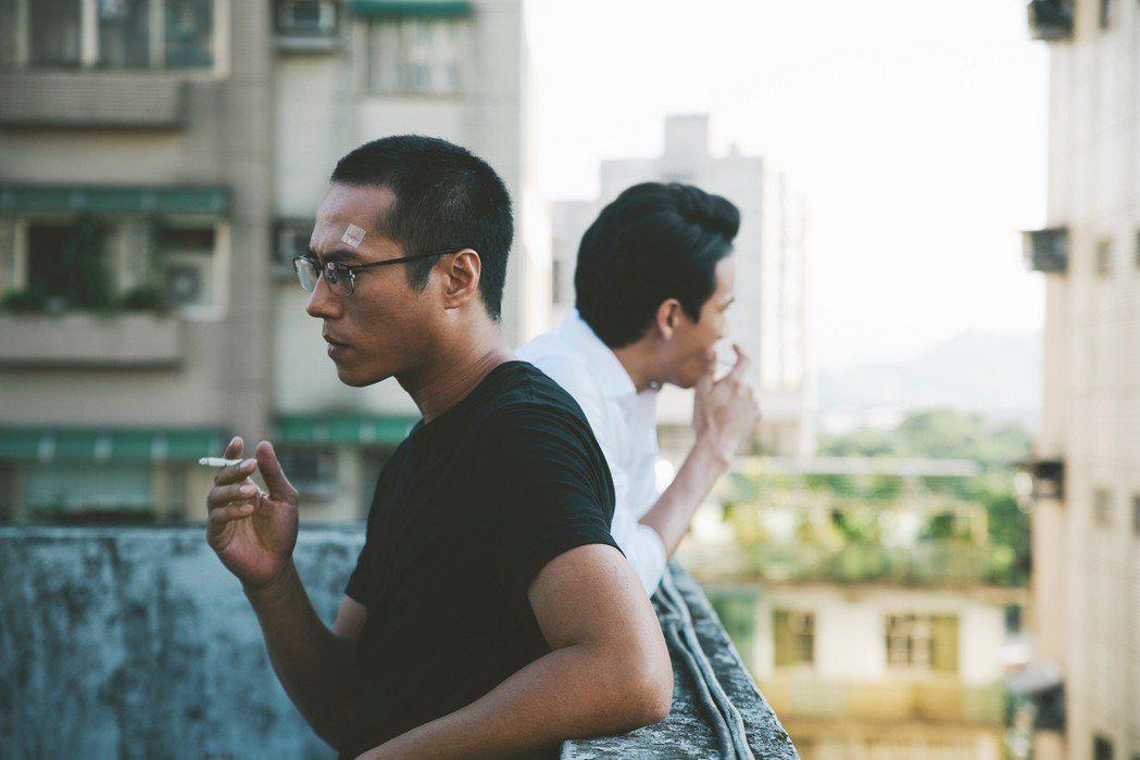 莊凱勛(左)、曹晏豪在「噬罪者」中演繹深刻兄弟情。圖/公視提供