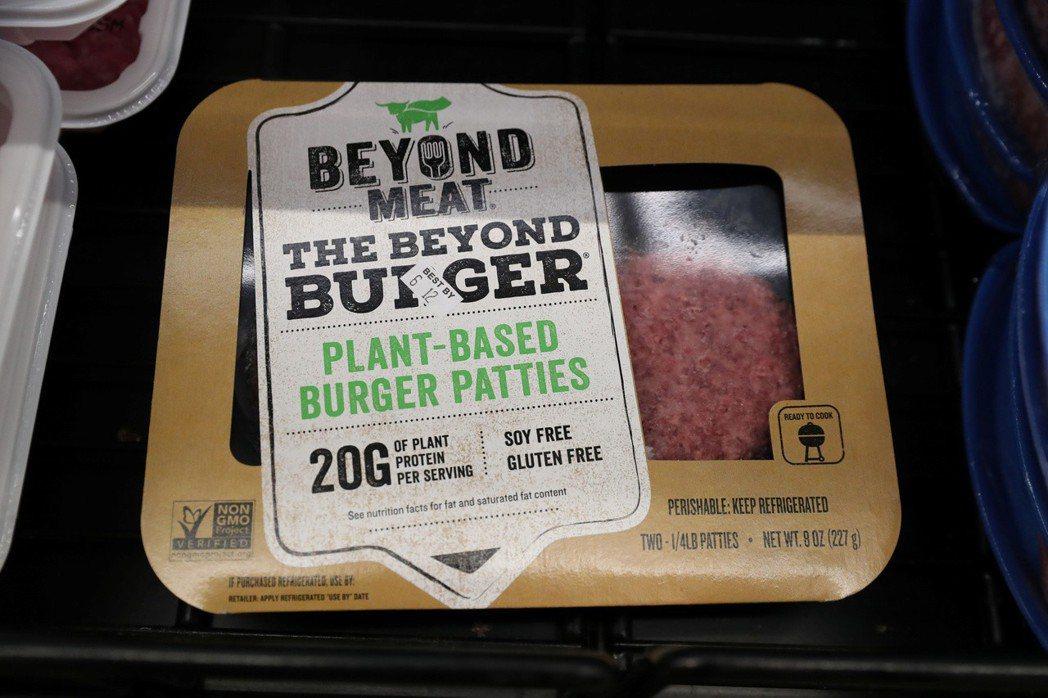 Beyond Meat使用豌豆分離蛋白粉製作人造肉漢堡排。路透