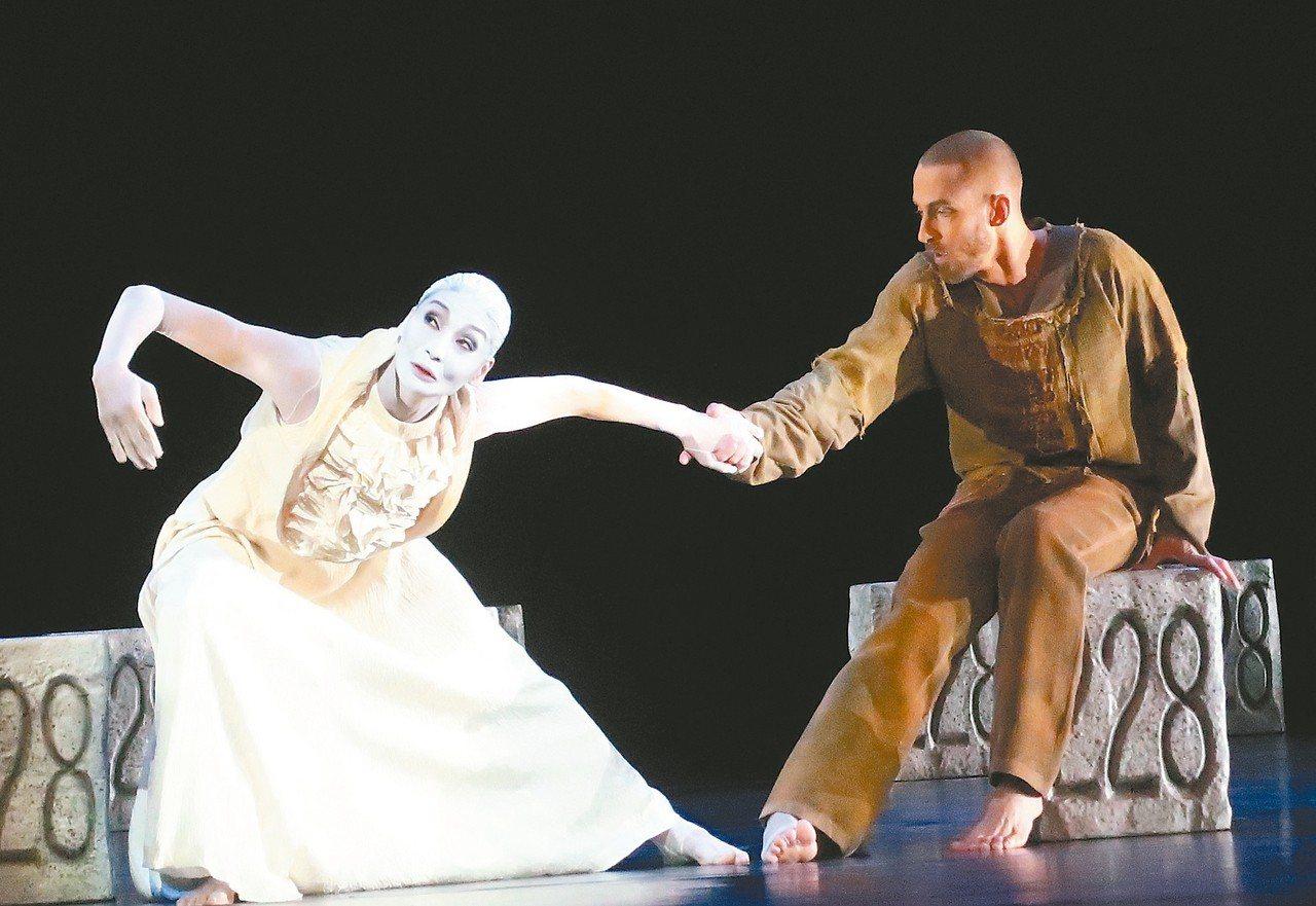 「新娘妝」為長年在黑暗中噤聲的人吶喊,是齣關懷普世人權的史詩級舞作。 記者徐如宜...