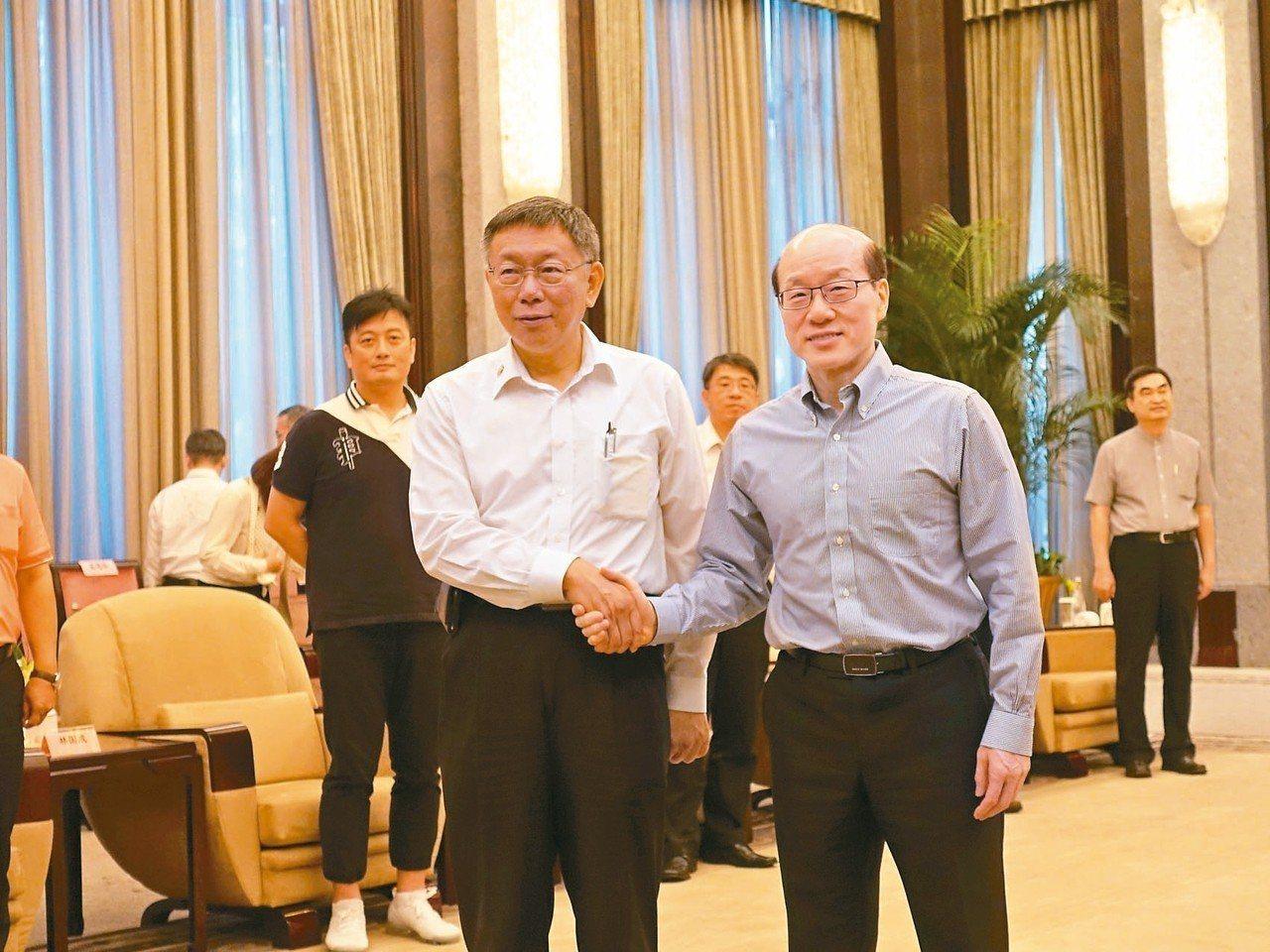 「柯劉會」昨天登場。台北市長柯文哲(左)、國台辦主任劉結一(右)先握手致意,隨即...