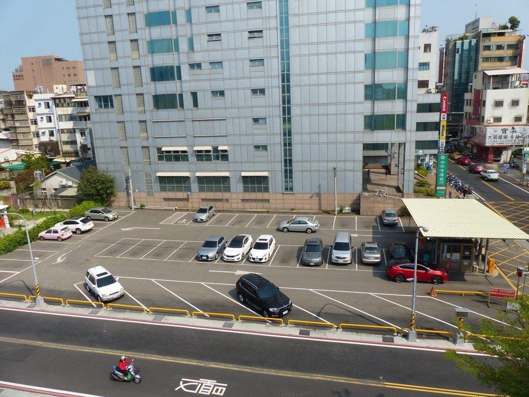 一般並排式的停車格是將土地利用最大化的方法。 記者劉明岩/攝影