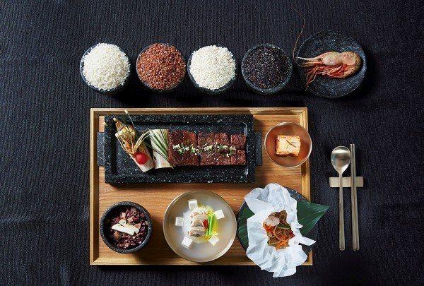 2017年川文會晚宴菜餚,右上為獨島海域捕獲的明蝦。 (法新社)