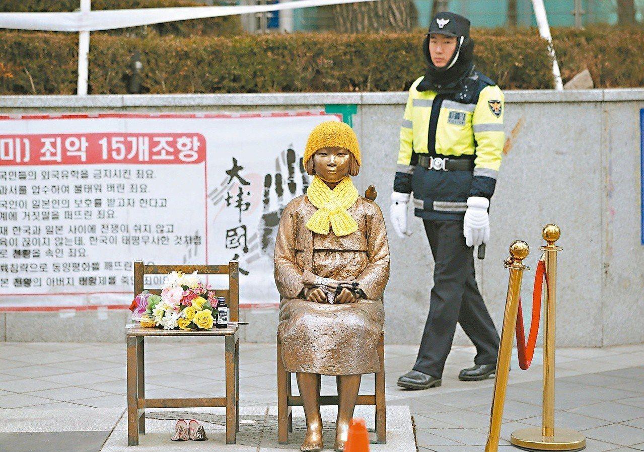 設置於日本駐韓大使館前的慰安婦少女雕像,是不少日本官員的心頭刺。 (美聯社)