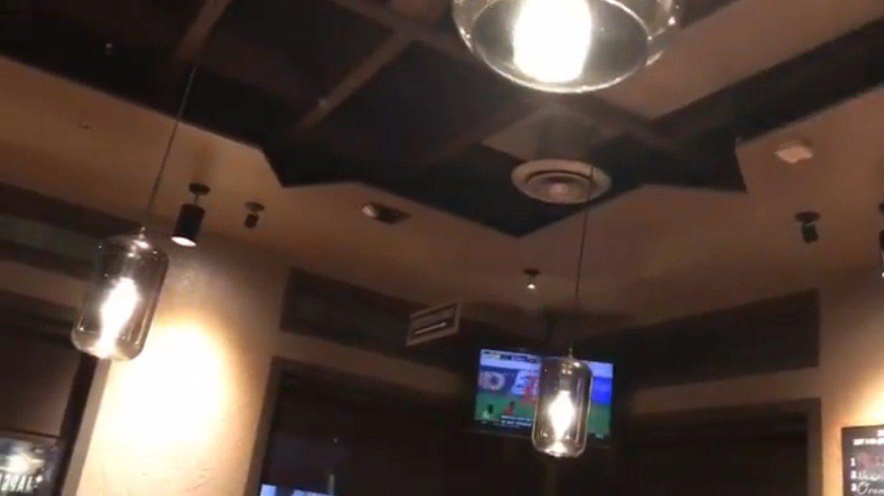 圖為加州一處餐廳燈具搖晃。 圖擷自推特