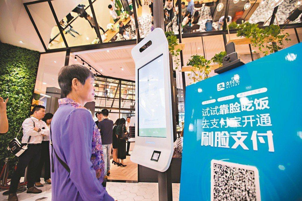 在中國,滑手機付錢已是司空見慣的事,如今更炫更流行的,是「刷臉」來付費。愈來愈多...