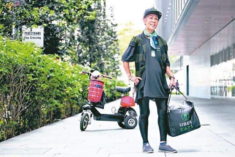 日本有不少高齡長者加入Uber Eats外送員的行列。 (網路照片)