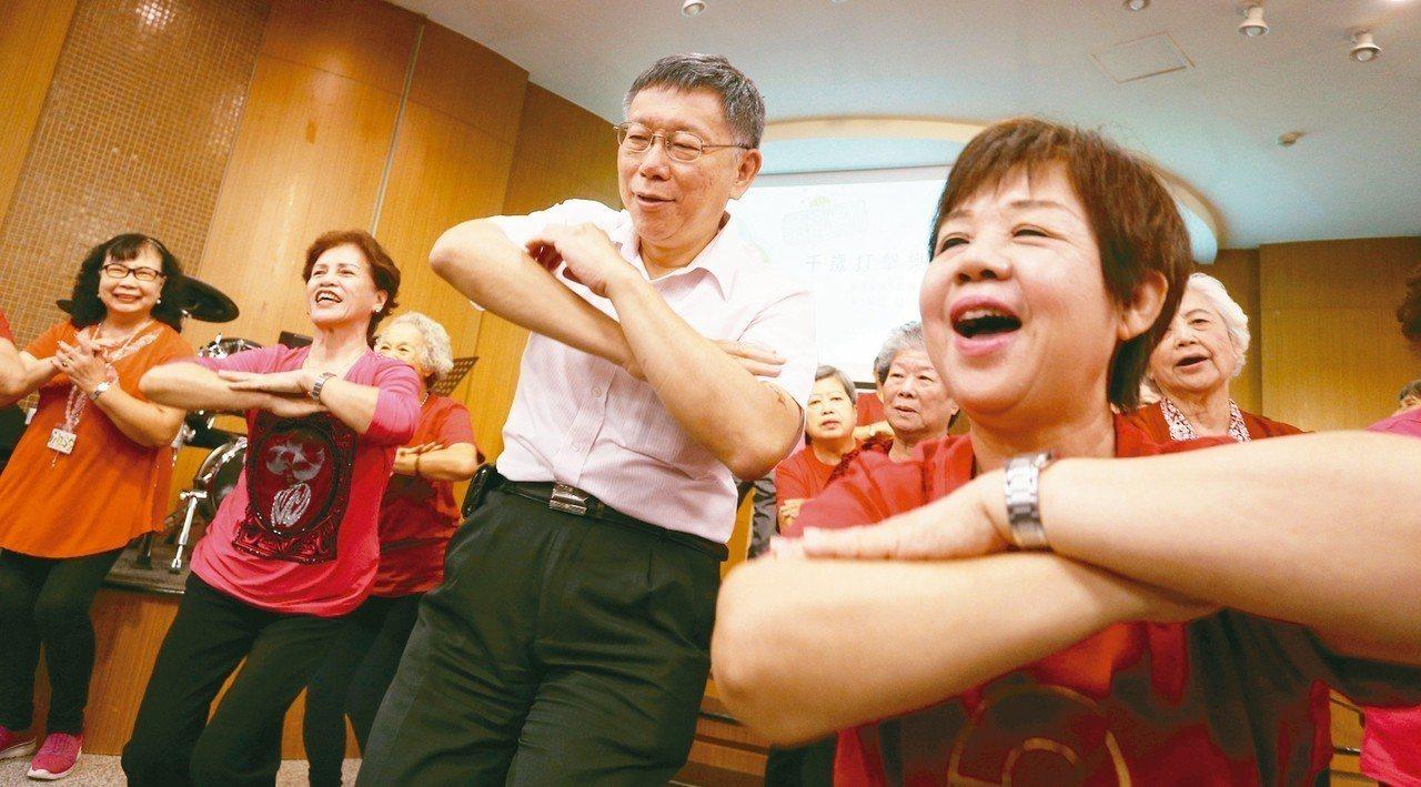 台北市長柯文哲上午南下高雄福氣教會參訪,並與老人一起共舞同歡。 記者劉學聖/攝影