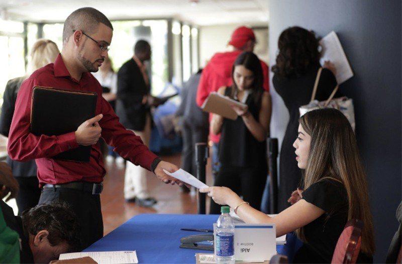 美國6月就業數據偏強,股指走跌。 (美聯社)