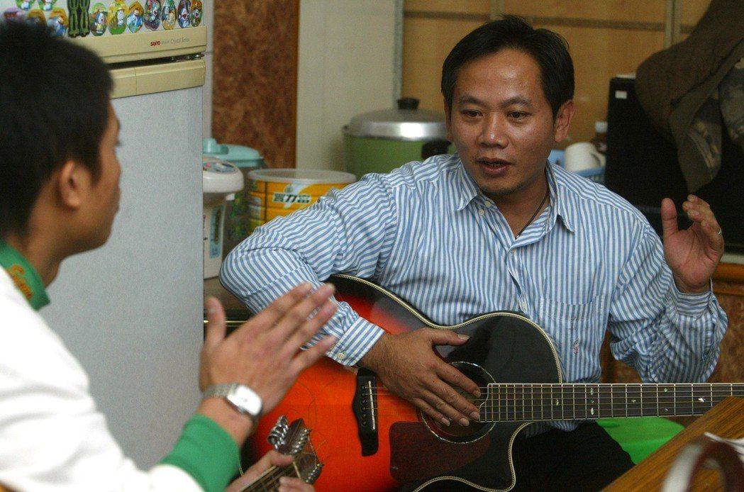 一群台東卑南族的原住民青少年,在陳俊朗(陳爸)(右)等人的帶領下,學樂器、搞樂團...