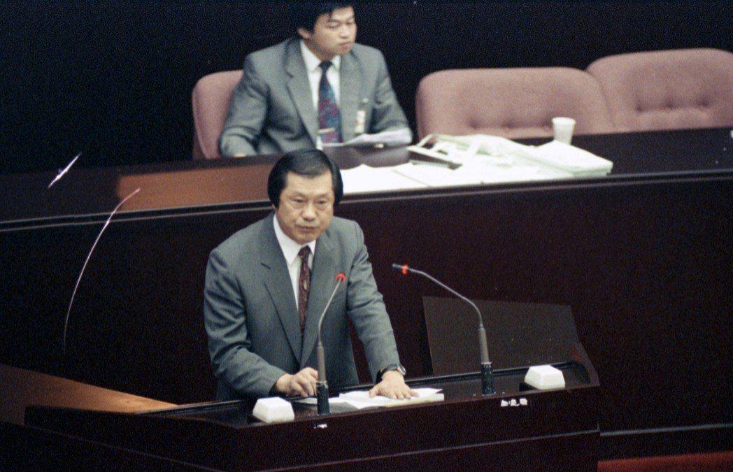 1996年行政院提出國安法修法增「間諜條款」,遭民進黨立委質疑。圖為顏錦福。 圖...