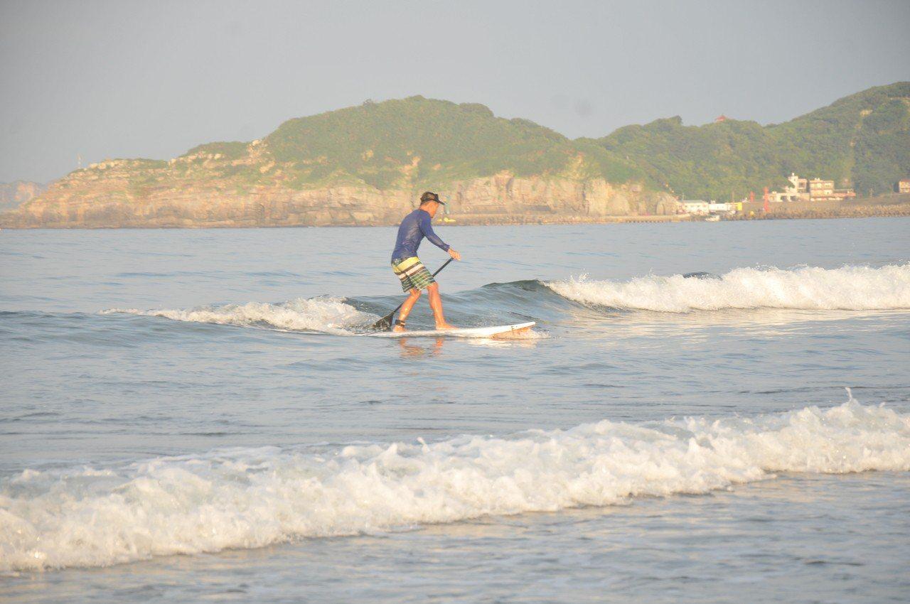 立槳衝浪板因有充氣浮力大,不像衝浪板要有浪才能動,可站、躺、坐、趴,易學易上手,...