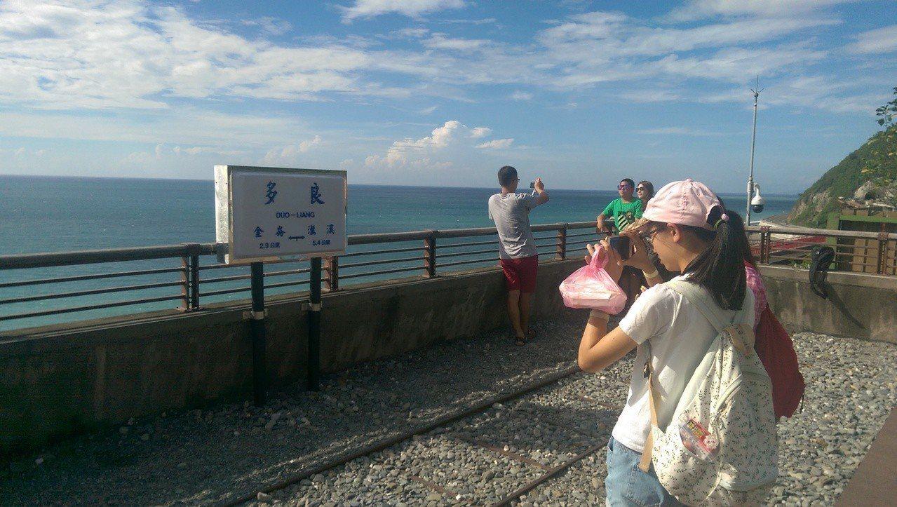 車站觀景平台上設置「傳統月台里程牌」提供遊客拍照打卡。記者尤聰光/攝影