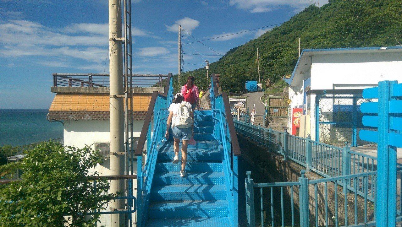 觀景平台增設平台步道,方便遊客上下進出。記者尤聰光/攝影