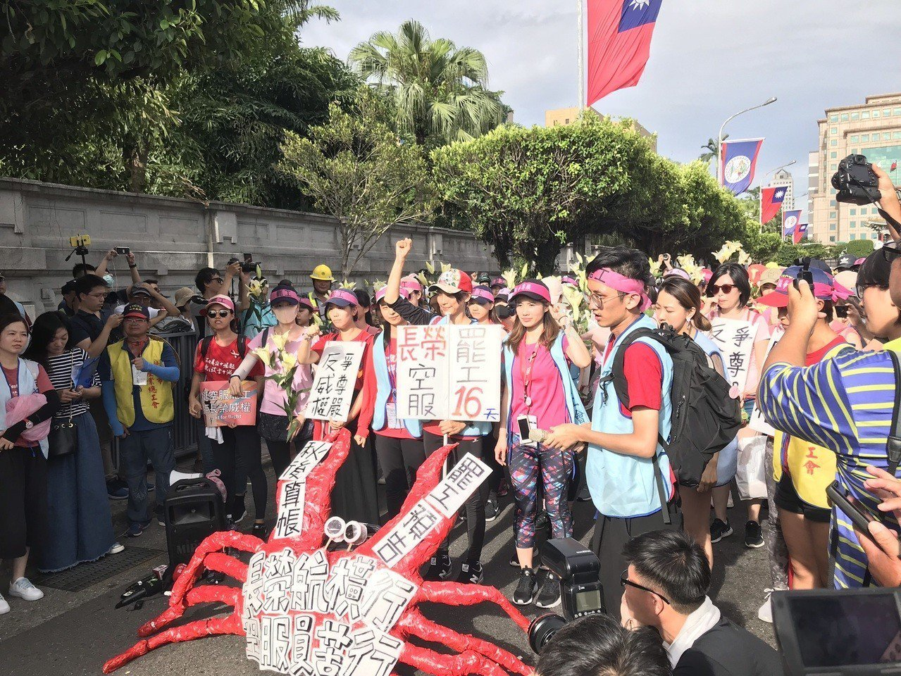 罷工的長榮空服員昨苦行近30公里,從桃園走到總統府陳情。本報資料照片