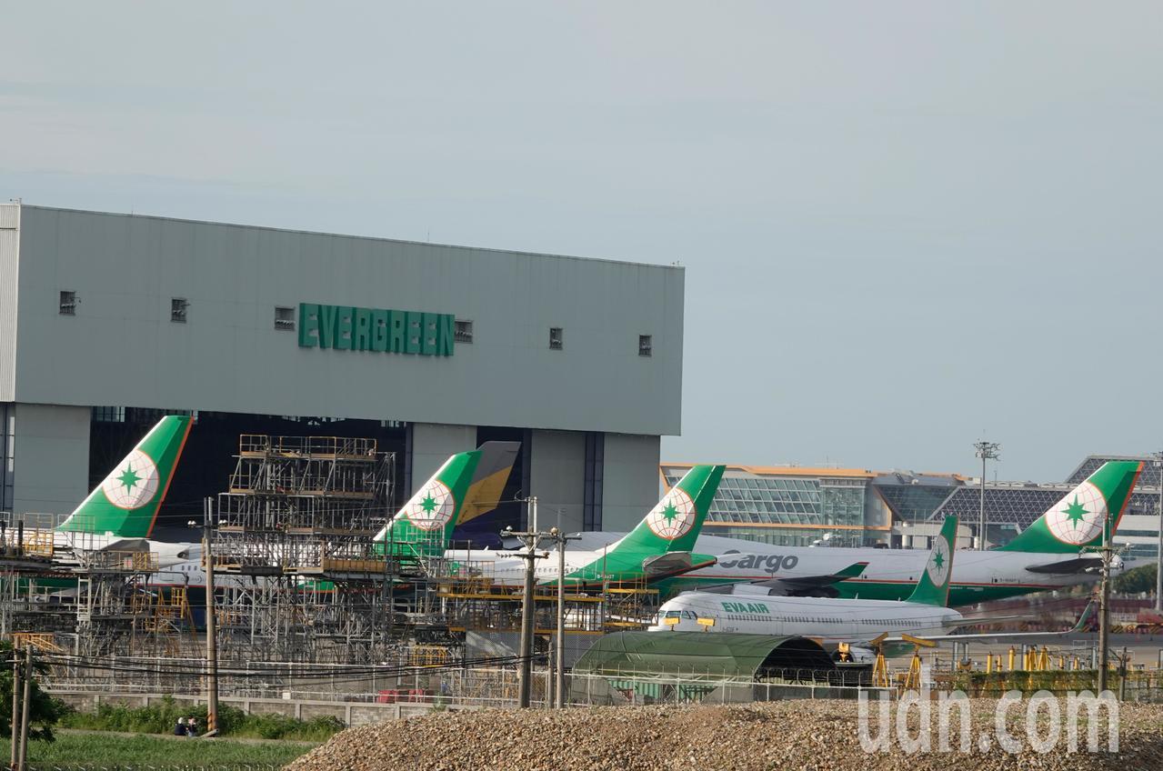 一整排停飛的長榮飛機停在桃園機場維修廠棚前。本報資料照片