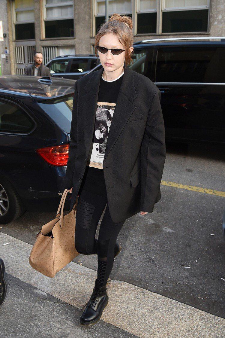 吉吉哈蒂德穿著BURBERRY的T恤,搭配Alo瑜伽褲、Vogue x Gigi...