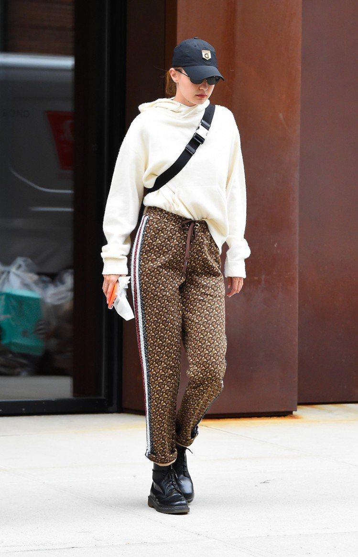 吉吉哈蒂德穿BURBERRY的TB monogram系列褲裝,展現運動風。圖/B...