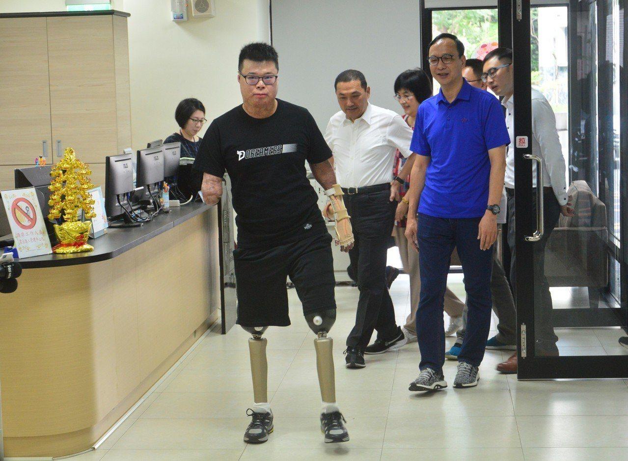 新北八仙塵爆倖存者黃博煒(前)依靠毅力重新站了起來。記者施鴻基/攝影