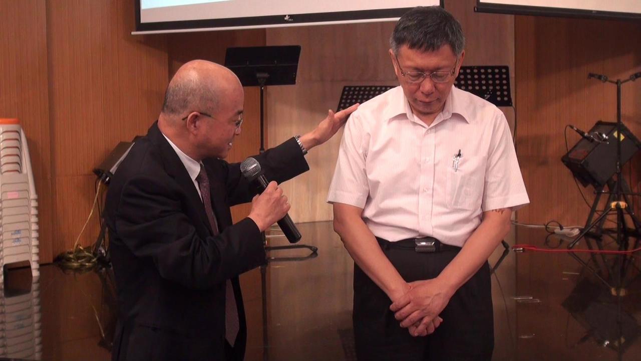 福氣教會牧師楊錫儒(左)為柯文哲祝禱。記者王昭月/攝影