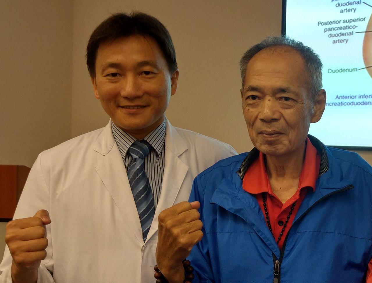 67歲蔡姓胰臟癌末期病患(右)感謝醫師葉俊杰(左)救治,如今無癌症復發跡象,他現...