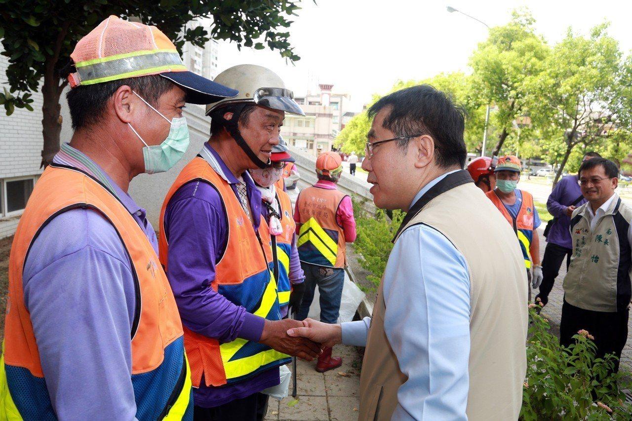 台南市長黃偉哲感謝環保人員清理台南高工校園環境。圖/台南市政府提供