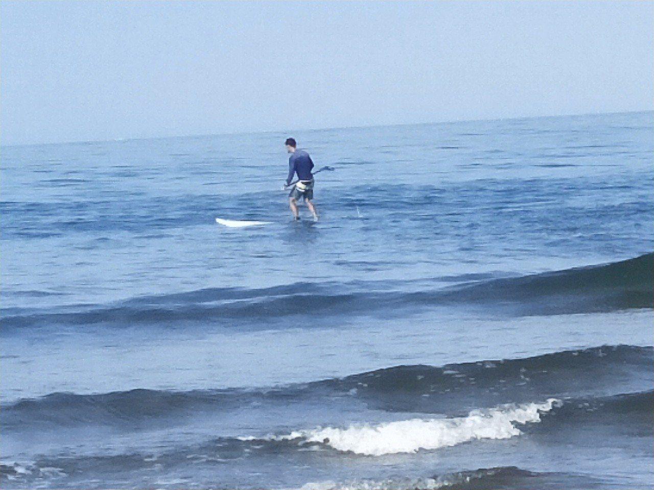 暑假到了,各地海域立槳衝浪客增加,但安全引發關注,圖為金山中角海域玩SUP。記者...