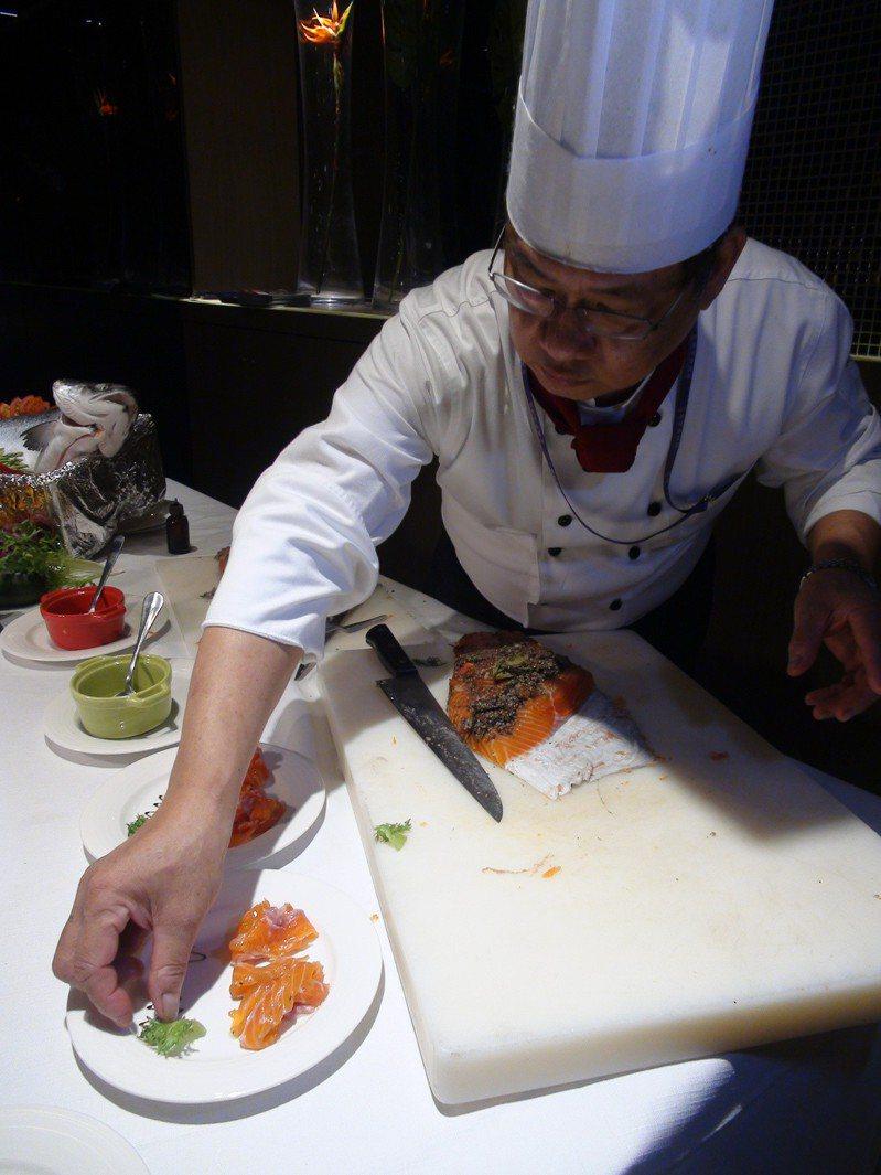 台中星享道酒店1樓星饗道國際自助餐廳,暑假期間推出「北歐鮭蜜季.美食都歸ME」,將北歐肥美的鮭魚運用各個部位、搭配各國料理方式,一口氣端出30道「鮭蜜」佳餚。記者余采瀅/攝影