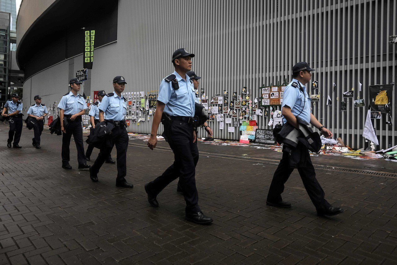 香港警察驅散示威者奪回立法會後2日在會外巡視。(法新社)