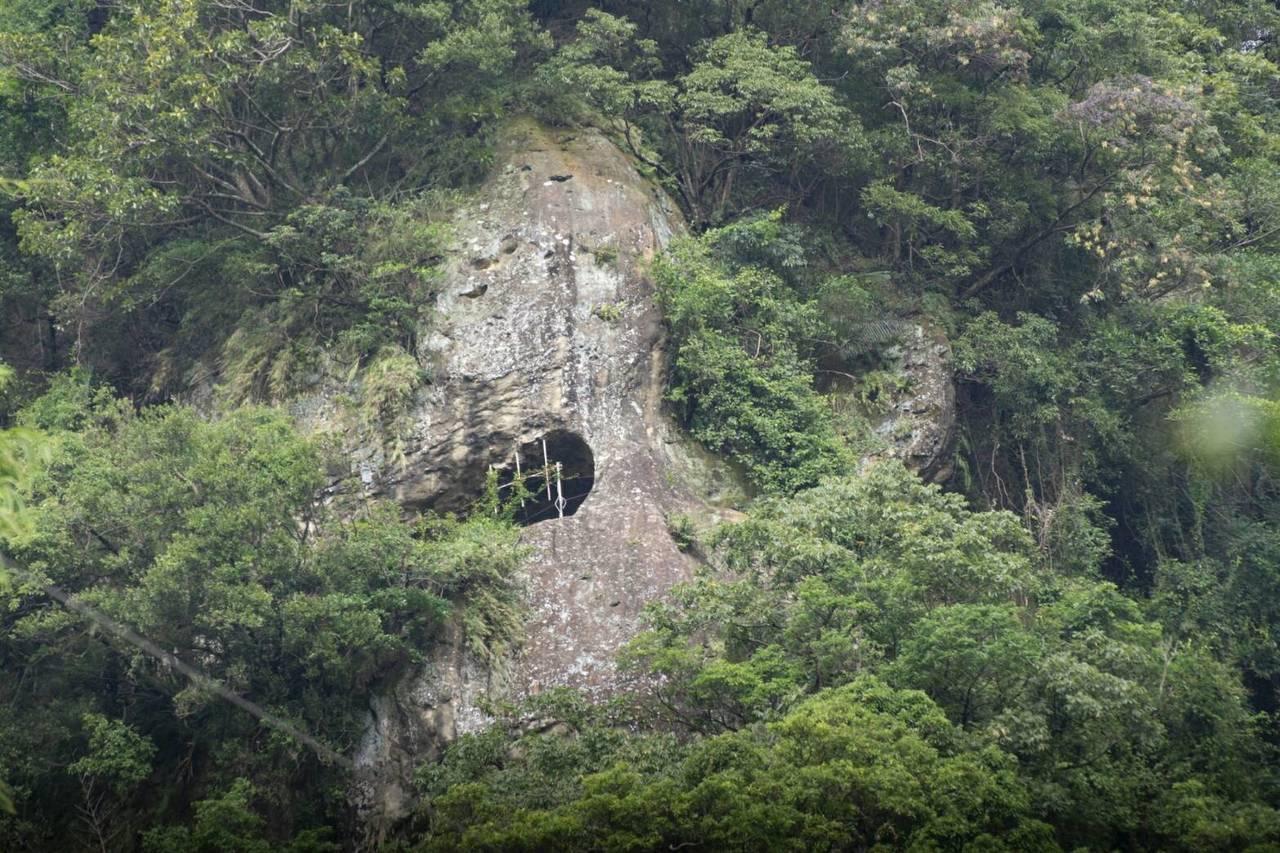 土城猴洞園區最高點海拔約385公尺,有設置攀爬繩讓民眾拉繩攀爬。圖/新北市民政局...