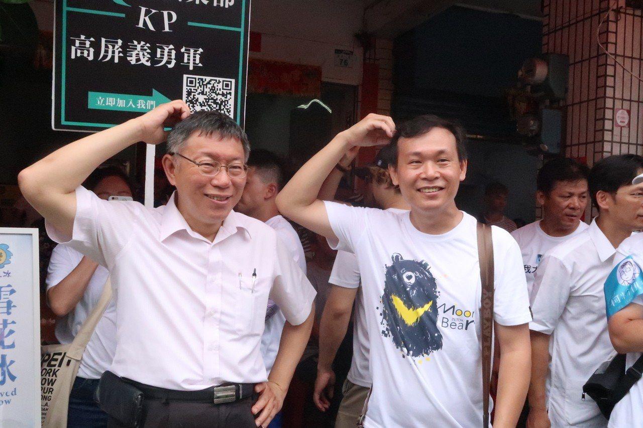 台北市長柯文哲(左)應年輕朋友之請,一起做出撓頭招牌動作。記者徐如宜/攝影