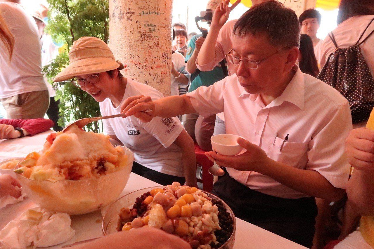 台北市長柯文哲看到跟臉盆一樣大的「海之冰」,也不禁食指大動。記者徐如宜/攝影