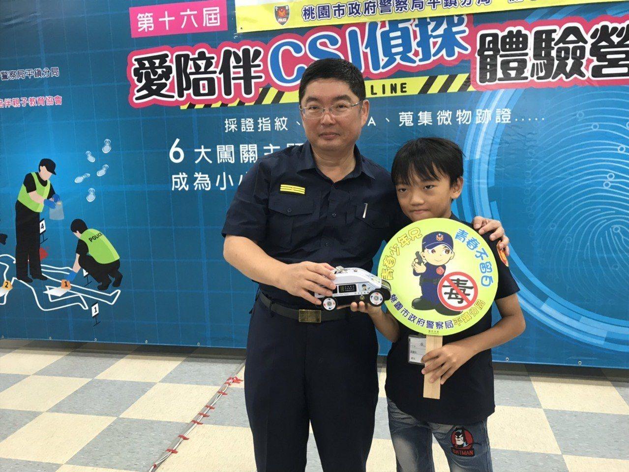 平鎮警分局暑假青春波麗士神探體驗營,贈有獎徵答紀念品。記者張弘昌/攝影