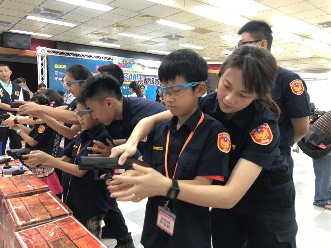 平鎮警分局暑假青春波麗士神探體驗營,安排參與青少年體驗模擬射擊。記者張弘昌/攝影