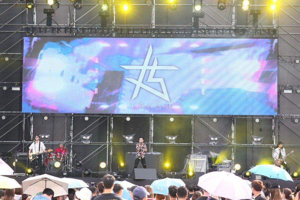 TRASH樂團在第2日的「7-ELEVEN高雄啤酒音樂節」率先登場。圖/寬寬提供