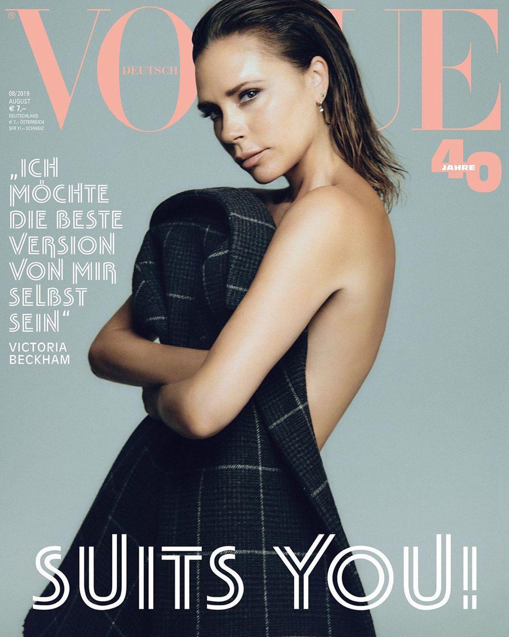 維多莉亞貝克漢半裸登上雜誌封面。圖/摘自Vogue 攝影/CHRIS COLLS